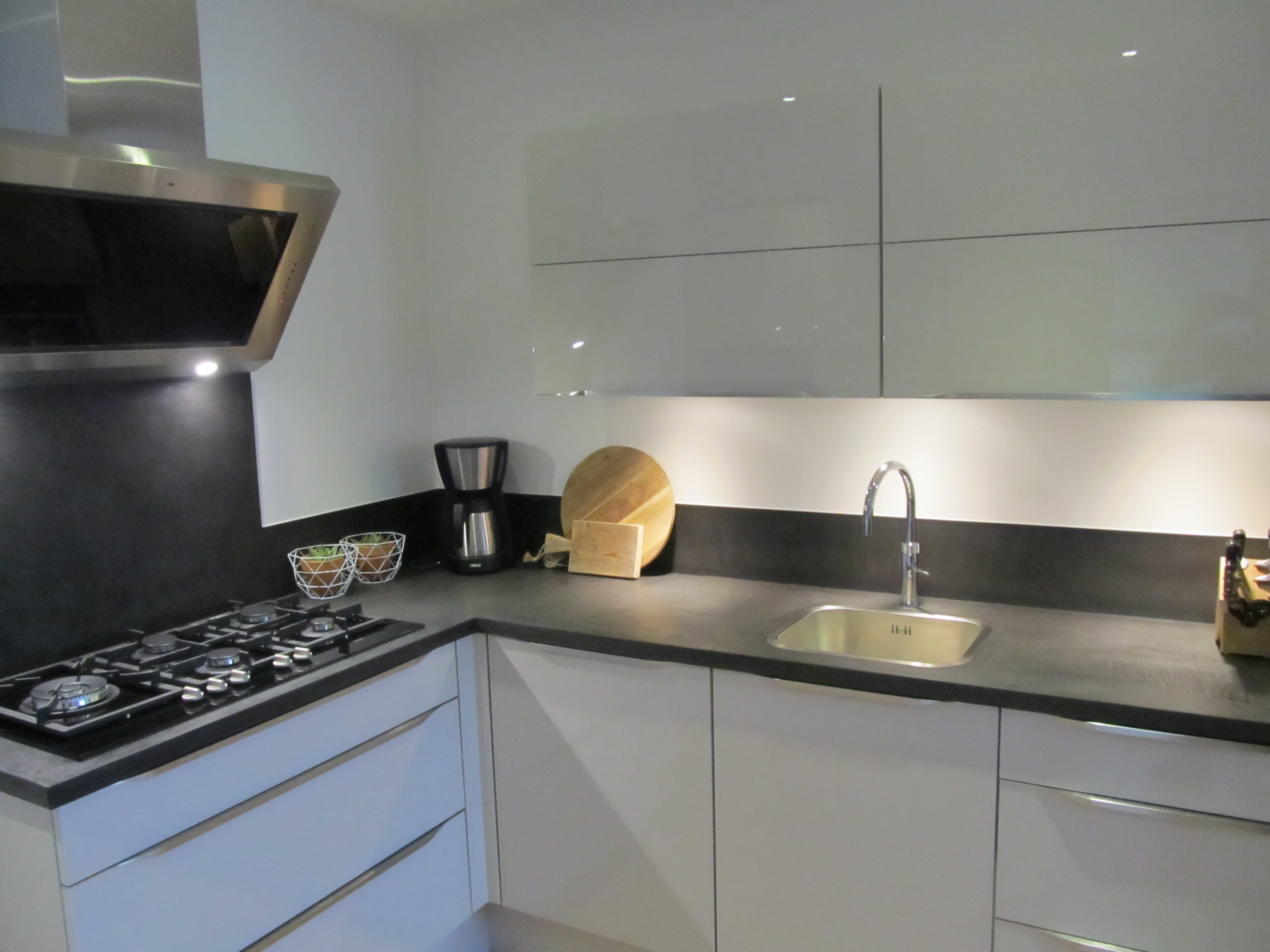 Keukens - Betegeld zwart wit geblokte keuken ...